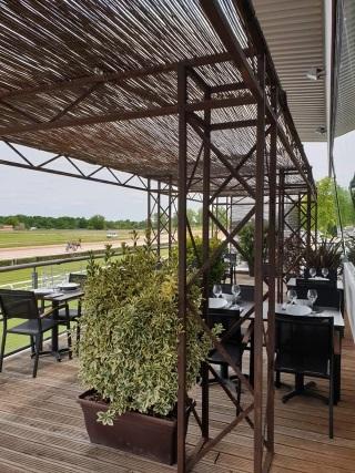 Terrasse du restaurant La Cave Ô Délices près de l'hippodrome de Montauban